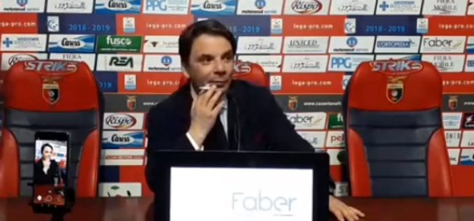 "CASERTANA-RIETI 2-1, CAPUANO FUMA IN CONFERENZA/VIDEO: ""PERSE TANTE OCCASIONI PER ASPETTARE LA CASERTANA"""